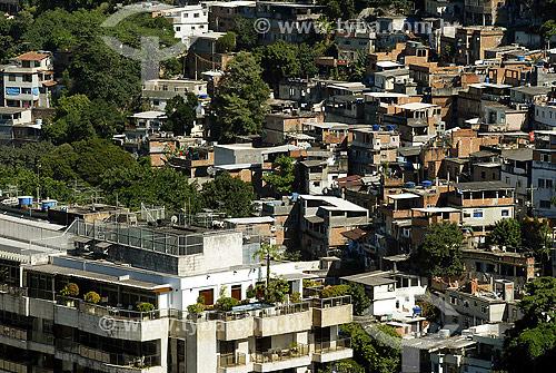 Prédio e favela Morro da Babilônia ao fundo - Rio de Janeiro - RJ - Brasil  - Rio de Janeiro - Rio de Janeiro - Brasil
