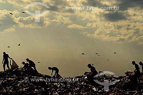 Silhueta de catadores de lixo no Aterro Sanitário - Jardim Gramacho - RJ - Brasil / Data: 2010