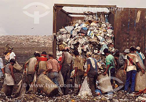 Aterro sanitário - Lixão - 600 pessoas em média coletam material para reciclagem além de comida e roupas. -  Jardim Gramacho - Duque de Caxias  - RJ - Brasil / Data: 2010