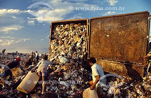 Aterro sanitário - Lixão - 600 pessoas em média coletam material para reciclagem além de comida e roupas. -  Jardim Gramacho - Duque de Caxias  - RJ - Brasil  - Duque de Caxias - Rio de Janeiro - Brasil