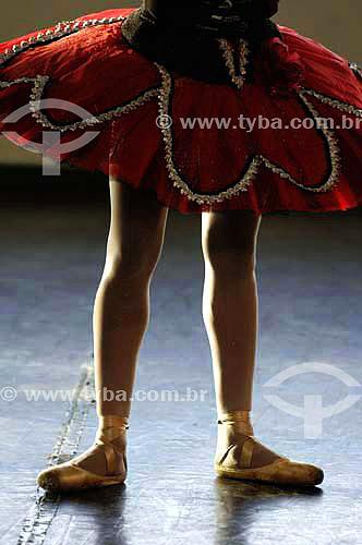 Detalhe das pernas e roupas de uma dançarina de balé