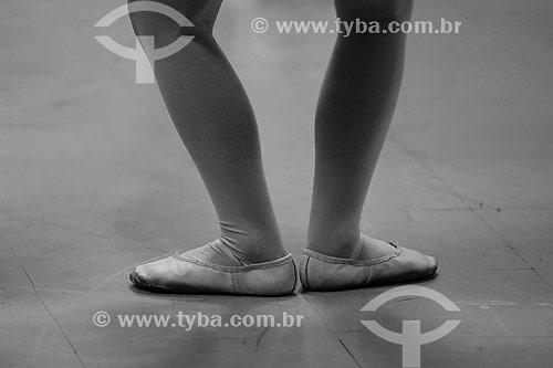 Pés de menina dançando balé clássico