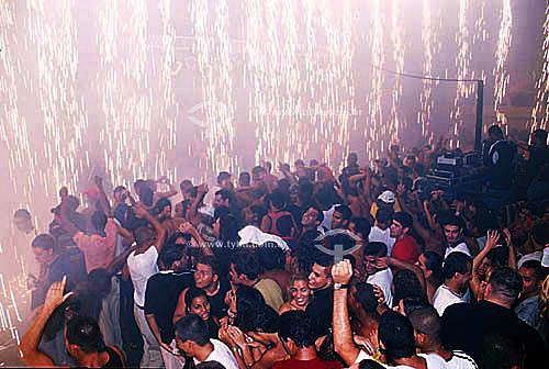 Jovens dançando em baile funk - Castelo das Pedras  - Rio de Janeiro - Rio de Janeiro - Brasil