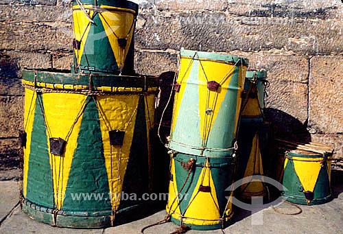 Instrumentos de percussão verde e amarelos