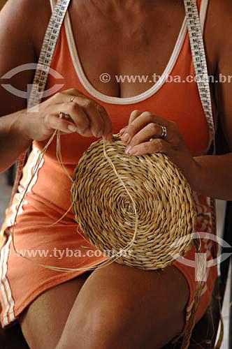 Mulher fazendo Artesanato utilizando fibras de Taboa  - Quissamã - Rio de Janeiro - Brasil