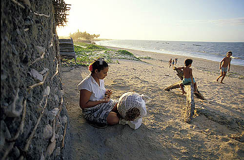 Rendeira - Renda de bilro - Artesanato em tecido - Praia de Almofala  - Itarema - Ceará - Brasil