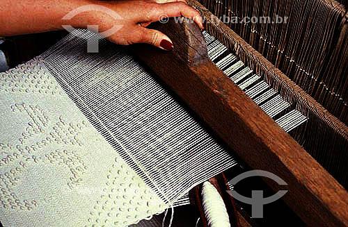 Artesanato em tecido - Mulher trabalhando em um tear  - Brasil