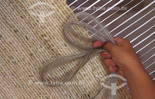 Artesanato - Detalhe de mãos tecendo tapete de sisal,  fibra vegetal da planta Agave sizalana - Minas Gerais - Brasil  - Minas Gerais - Brasil