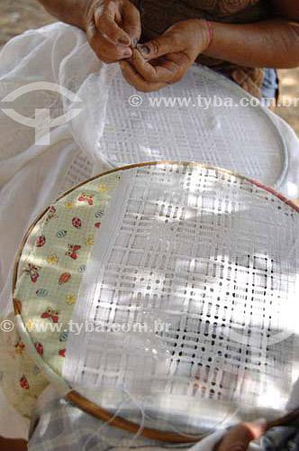 Mãos de mulher fazendo bordado - Rio São Francisco  - Pão de Açúcar - Alagoas - Brasil