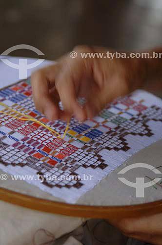 Mão de mulher fazendo bordado - Rio São Francisco  - Pão de Açúcar - Alagoas - Brasil