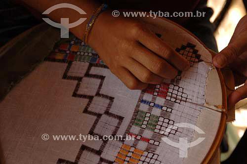 Mãos de mulheres fazendo bordado - Rio São Francisco  - Pão de Açúcar - Alagoas - Brasil