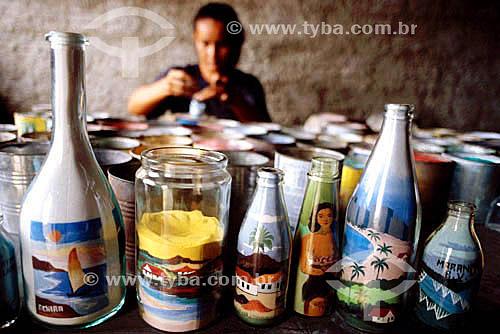 Artesanato - Mulher trabalhando desenhos com areia colorida em garrafa  - Ceará - Brasil
