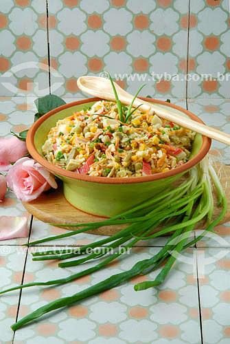 Culinária internacional - salada colorida em travessa com colher de pau  - Brasil