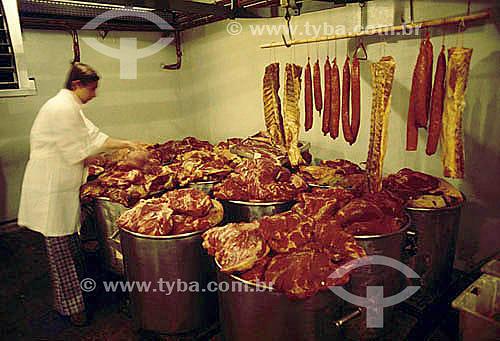 Pessoa trabalhando em frigorífico, carne - Brasil