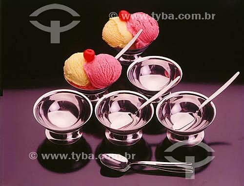 Taças de sorvete de creme e morango com cerejas em taças