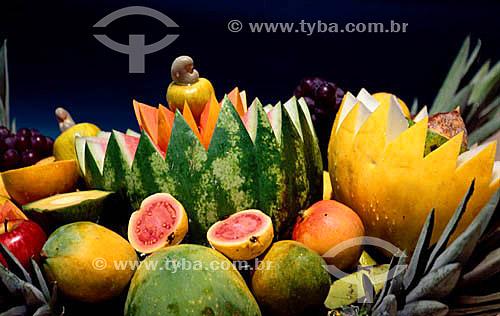 Frutas (goiaba, mamão, melão, melancia, caju, uva, maçã e abacaxi)