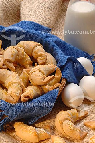 Mini croissants com ovos e jarra de leite