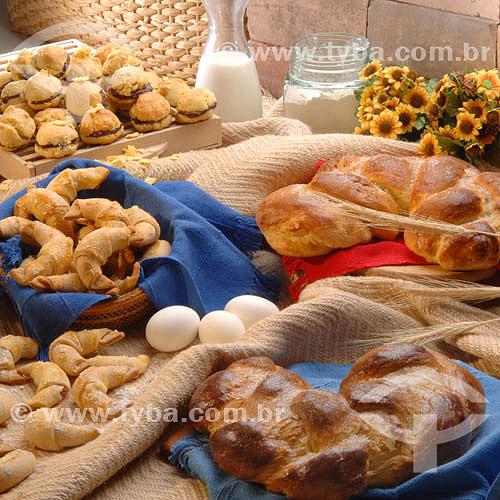 Culinária - pães, ovos e jarra de leite