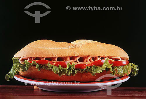 Culinária - Sanduíche com tomates, alface e presunto