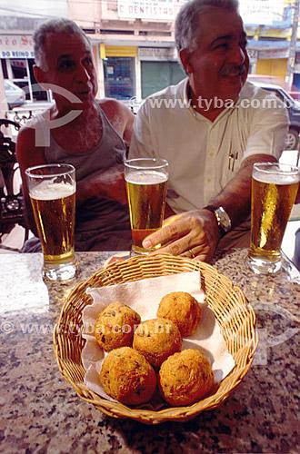 Homens em bar comendo bolinho de bacalhau com chopp - Bacalhau do Rei - Gávea - Rio de Janeiro - RJ - Brasil  - Rio de Janeiro - Rio de Janeiro - Brasil