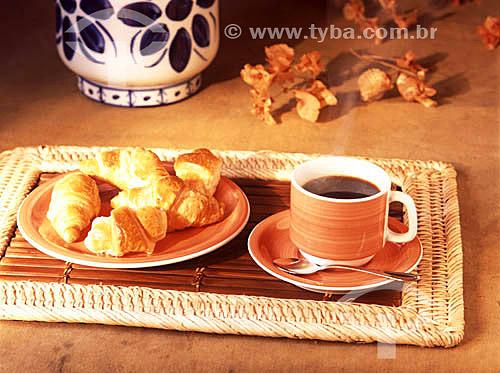Café-da-manhã com xícara de café e croissants