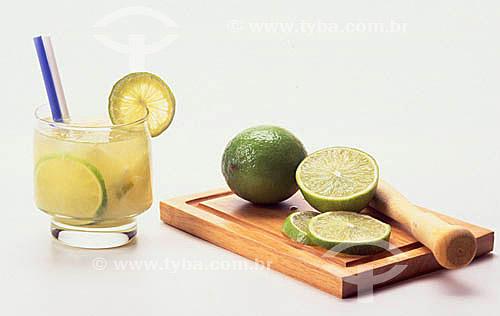 Caipirinha - bebida típica brasileira feita de cachaça, limão e açúcar