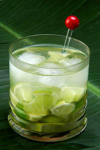 Copo de caipirinha (bebida típica brasileira feita de cachaça, limão e açúcar)
