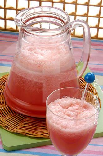 Jarra e  taça com suco de melancia