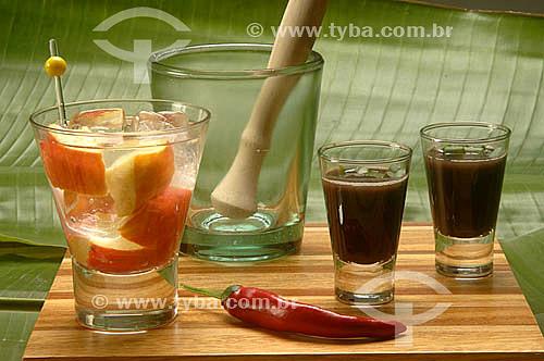 Caipirinha de cajú - bebida típica brasileira feita de cachaça, cajú e açúcar