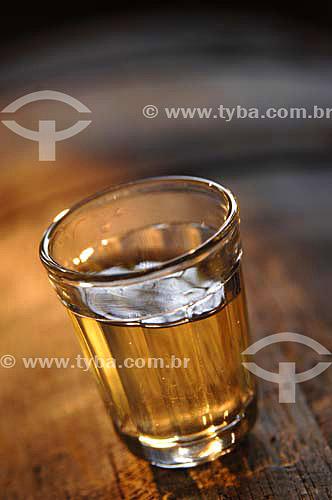Pequeno copo de chachaça feita por Produção artesanal de cachaça - Fazenda Murycana - Paraty - RJ - Brasil - Dezembro de 2006  - Paraty - Rio de Janeiro - Brasil