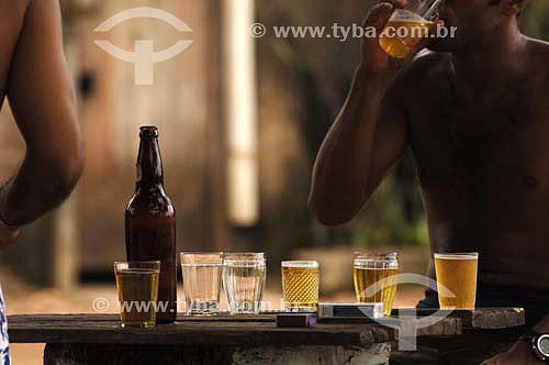 Copos, cerveja e cigarro em mesa de bar - Sambaetiba / Itaboraí - RJ - Brasil - 7/01/2007  - Itaboraí - Rio de Janeiro - Brasil
