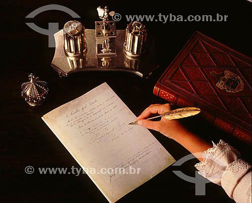 Mão de mulher simulando a assinatura da Lei Áurea pela Princesa Isabel em 13 de maio 1889, abolindo a escravatrura no Brasil