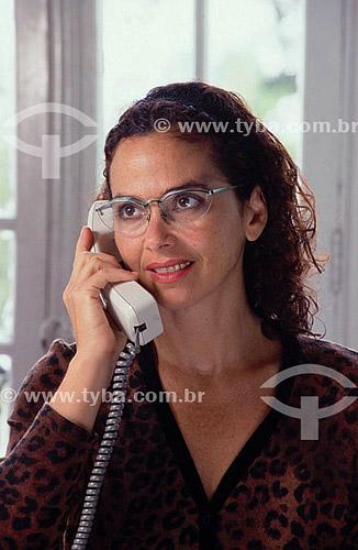 Telecomunicação - mulher ao telefone fixo