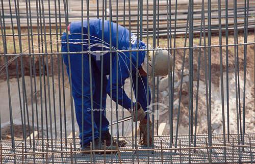 Operário trabalhando em obra na Rodovia dos Imigrantes - São Vicente - SP - Brasil  - São Paulo - Brasil