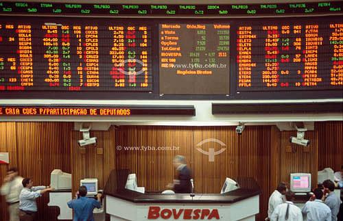 BOVESPA (Bolsa de Valores de São Paulo), mostrando painel eletrônico e operadores trabalhando - São Paulo - SP - Brasil  - São Paulo - São Paulo - Brasil