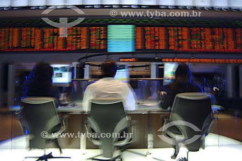 Operadores trabalhando em mesa de investimentos da BOVESPA (Bolsa de Valores de São Paulo) - Mesa de investimentos mostrando operadores trabalhando - São Paulo - SP - Brasil - Novembro de 2006  - São Paulo - São Paulo - Brasil