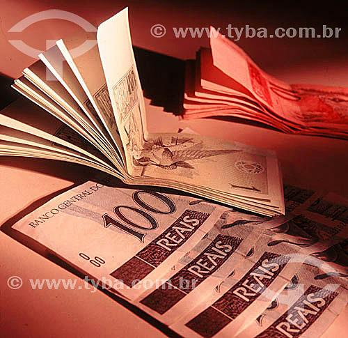 Dinheiro - Cédulas de Real - um (01), dez (10) e cem (100) reais