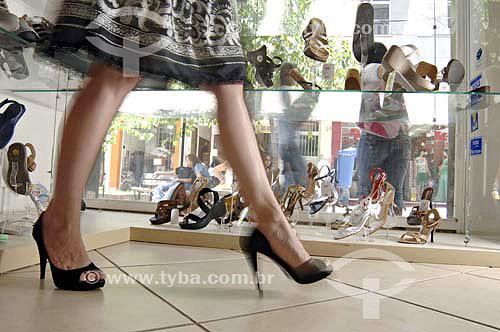 Mulher experimenta a moda do Comércio Varejista de Sapatos - Barra Mansa - RJ - BrasilData: 23/11/2006.