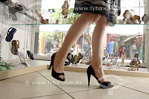 Mulher experimentando a moda do comércio varejista de sapatos - Casa Luan - Barra Mansa - RJ - Brasildata: 23/11/2006  - Barra Mansa - Rio de Janeiro - Brasil