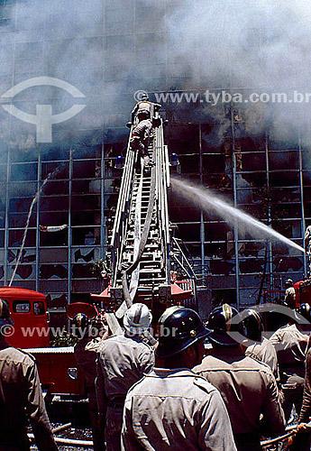 Bombeiros combatendo incêndio em prédio - Brasil