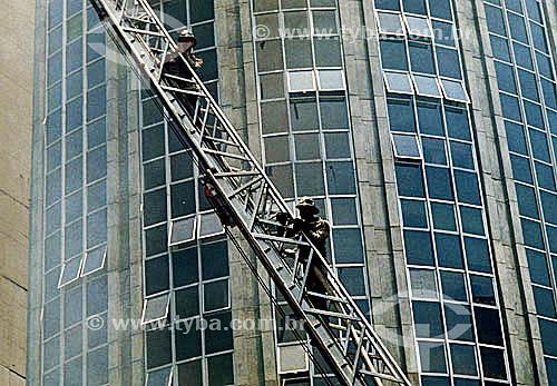 Bombeiro na escada com prédio ao fundo - Brasil