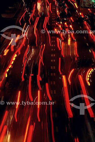 Efeito visual: luzes dos carros em auto-estrada