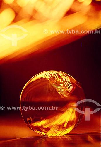 Efeito visual: esfera de vidro com luzes cor de laranja refletidas