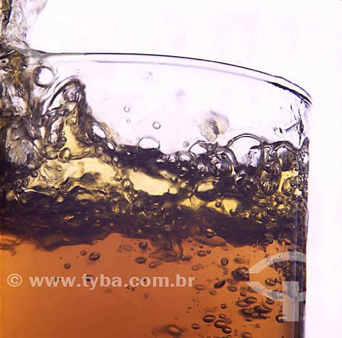Bebida - Splash - detalhe de recipiente com líquido borbulhando