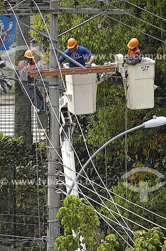 Operários fazendo manutenção na rede de eletricidade - Rio de Janeiro - RJ - Março 2006  - Rio de Janeiro - Rio de Janeiro - Brasil