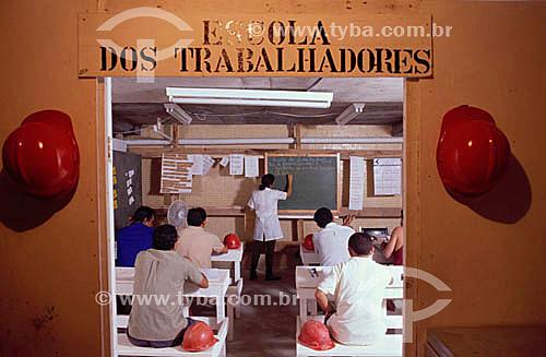 Assunto: Alfabetização de adultos - trabalhadores em sala de aula - Projeto Alfabetizar é Construir do SESI (Serviço Social da Indústria), para trabalhadores da construção civil / Local: Rio de Janeiro (RJ) - Brasil / Data: 2002