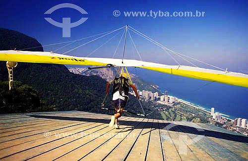 Esporte - homem saltando de asa-delta - rampa da Pedra Bonita - Parque Nacional da Tijuca - RJ - Brasil  - Rio de Janeiro - Rio de Janeiro - Brasil