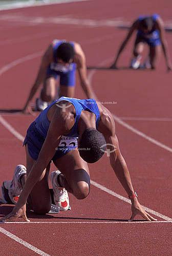 Esporte - atletas em posição para largada de corrida