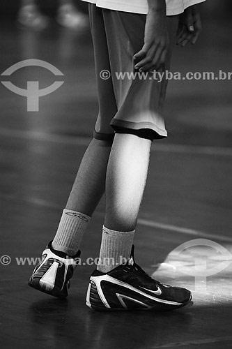 Pessoa usando tênnis de basquete