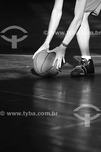 Pessoa pegando bola de basquete